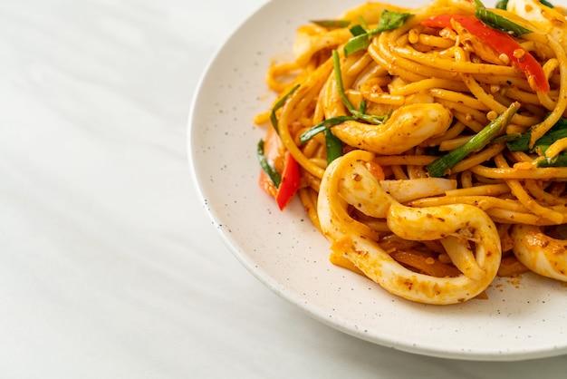 Espaguetis salteados con huevo salado y calamares - estilo de comida fusión