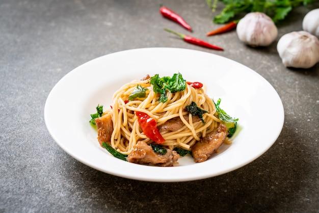 Espaguetis salteados con pollo y albahaca