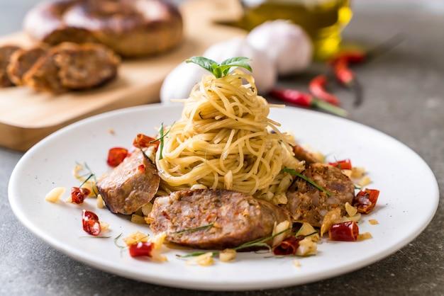 Espaguetis salteados con sai aua (salchicha picante tailandesa notrhern)