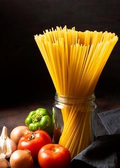 Espaguetis y tomates de vista frontal