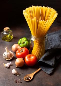 Espaguetis y verduras de alta vista