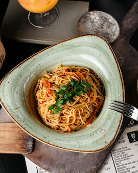 Espaguetis con verduras sobre la mesa