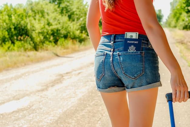 Espalda de mujer sexy en pantalones cortos de jeans