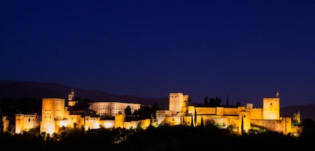 España, granada. el famoso palacio real de la alhambra de noche desde el mejor mirador