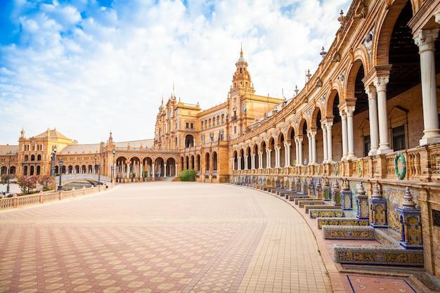 España, sevilla. plaza de españa, un ejemplo emblemático del estilo renacentista en la arquitectura española
