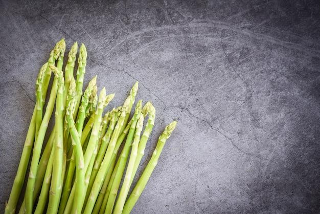 Espárragos frescos sobre fondo negro - manojo de espárragos verdes orgánicos para cocinar alimentos