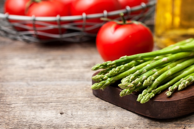 Espárragos frescos, tomates, aceite de oliva