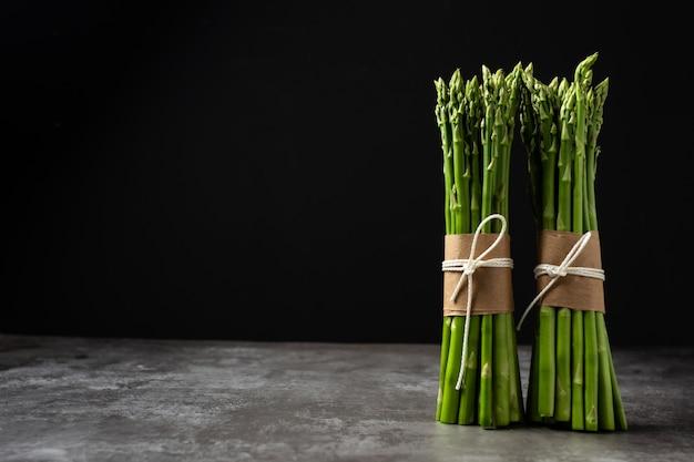 Espárragos verdes frescos en la mesa.