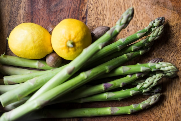 Espárragos verdes y limones