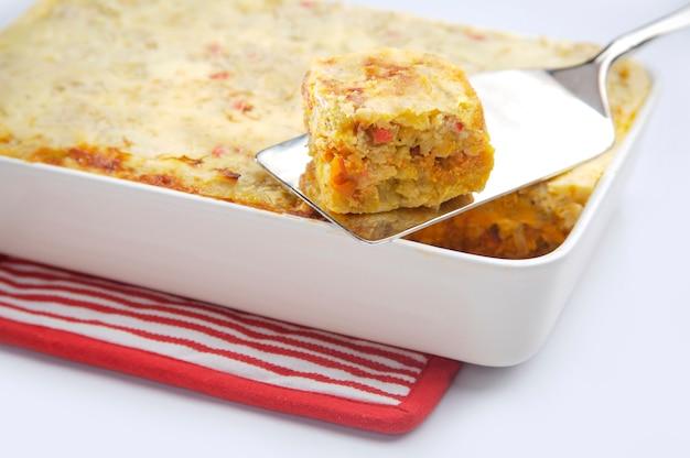 Espátula con trozo de tarta de verduras.