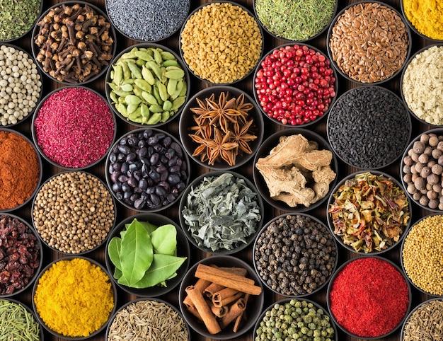 Especia brillante, vista superior. colección de condimentos y hierbas de la comida india.