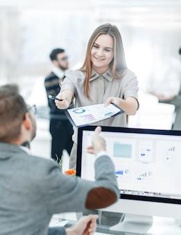 Especialista en finanzas y gerente de la empresa que trabaja con gráficos financieros en el beneficio de la empresa. la foto tiene un espacio vacío para su texto.