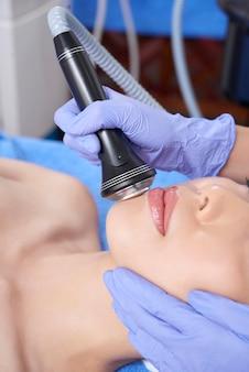 Especialista en procedimiento facial con instrumento