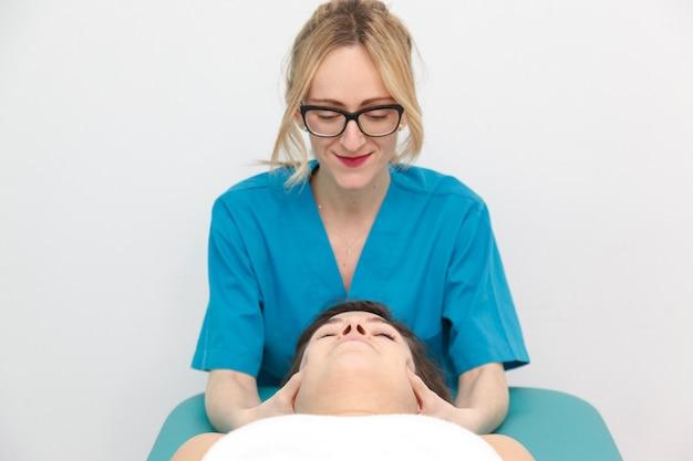 Especialista en salud haciendo un tratamiento antiestrés