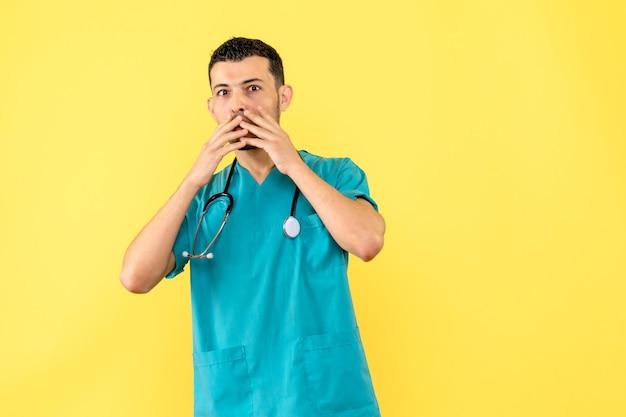 Especialista en vista lateral: el médico se preocupa por las personas que no mantienen la distancia social