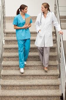 Especialistas en salud bajando la escalera
