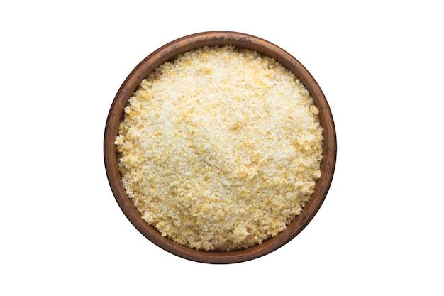 Especias de ajo seco en polvo en un tazón de madera, aislado en la pared blanca. vista superior del condimento