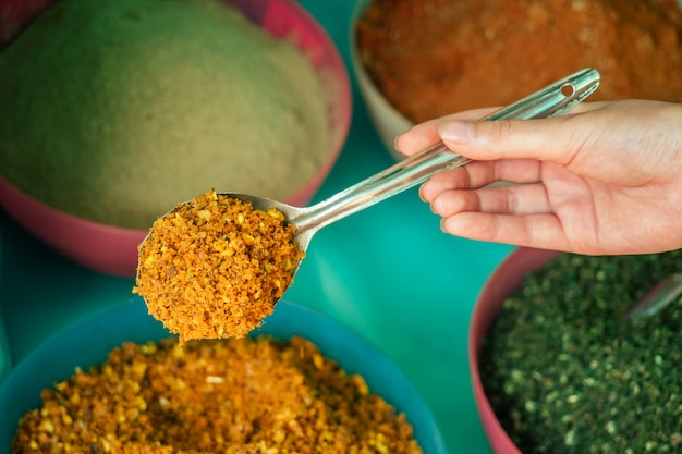 Especias aromáticas en platos en el mercado de la india