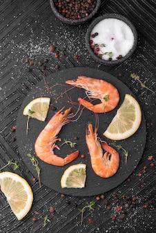 Especias y camarones de mariscos frescos