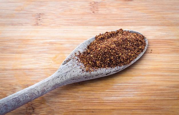 Especias de chile rojo en polvo en una cuchara