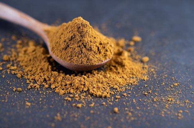 Las especias se colocan en una cuchara y se colocan en el suelo de cemento.