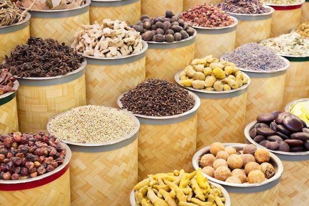 Especias coloridas en el mercado callejero árabe. dubai spice souk en emiratos árabes unidos.