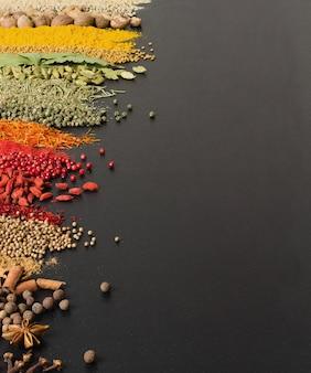 Especias coloridas en superficie negra