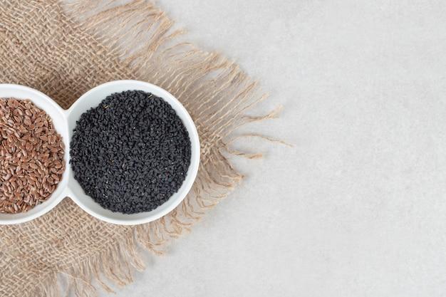Especias de comino negro aisladas sobre hormigón.