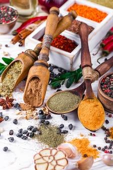 Especias y condimentos para la comida.