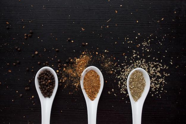 Especias en cuchara dosificadora. cocina y condimento para el gusto