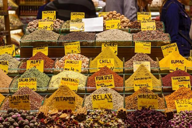 Especias dispuestas en una tienda en el gran bazar de estambul