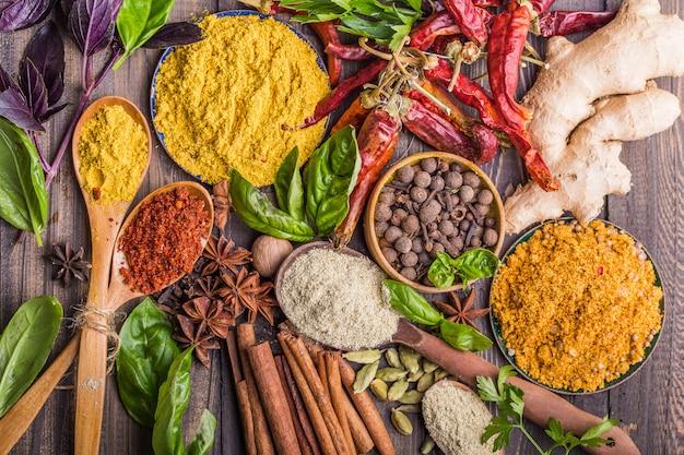 Especias diversas especias indias en la mesa de piedra negra. especias y hierbas sobre fondo de pizarra. surtido de condimentos, condimentos. ingredientes de cocina, sabor