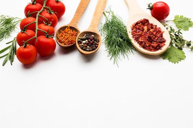 Especias e ingredientes en la mesa