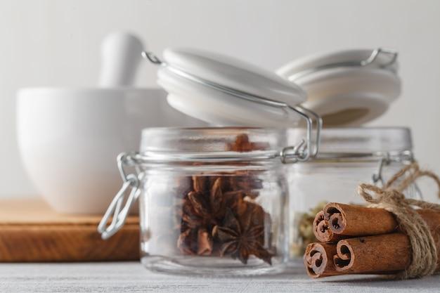 Especias en frascos especiales. comida