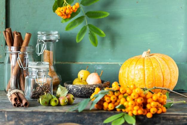Especias para hacer pasteles caseros de otoño sobre una superficie oscura