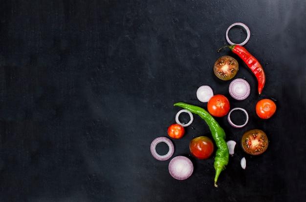 Especias y hierbas para cocinar la cena, tomate en rodajas, cebolla, sal, pimienta, ajo,