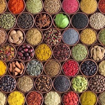 Especias y hierbas de colores