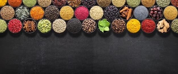 Especias y hierbas indias en mesa negra