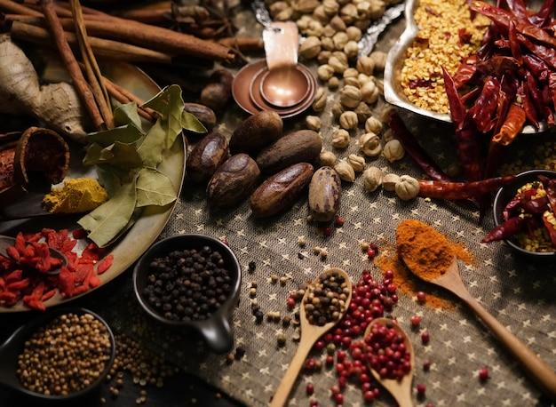 Especias y hierbas en la mesa de la cocina vieja.