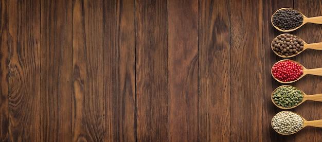 Especias y hierbas en la mesa de madera como fondo para el diseño de pac