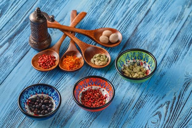 Especias y hierbas en mesa de madera