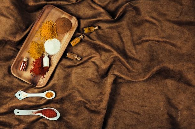 Especias indias en mantel