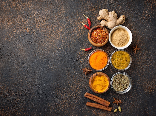 Especias indias tradicionales sobre fondo oxidado