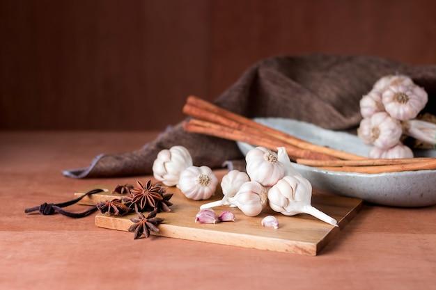 Especias en mesa de madera en la cocina.
