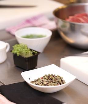 Especias en la mesa