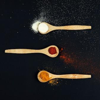 Especias orientales en tres cucharas