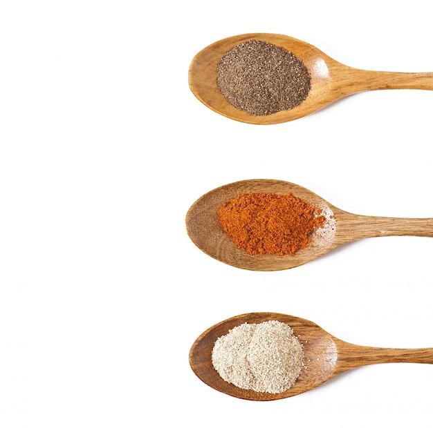 Especias picantes en cucharas de madera