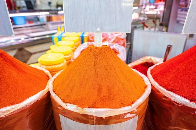 Especias pimentón rojo y naranja.