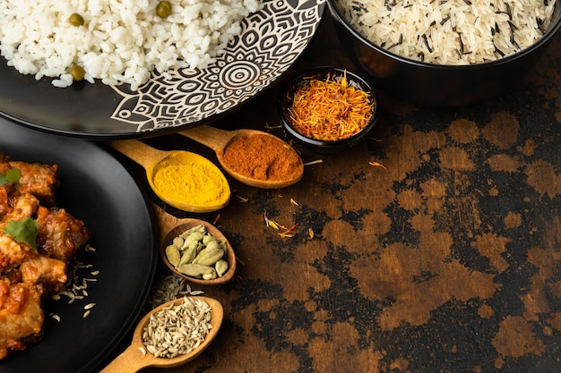 Especias y platos indios de alto ángulo