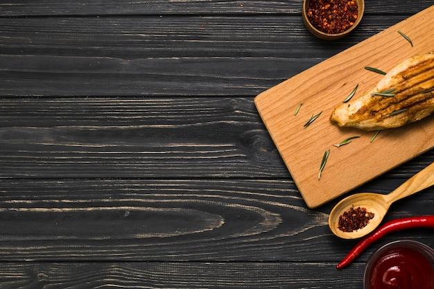 Especias y salsa cerca de pollo frito